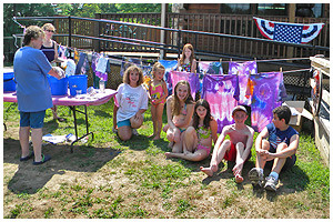 young campers doing tie dye